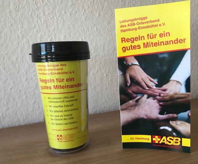 """Zum Auftakt des neuen Formats erhielten alle Gäste einen Begrüßungsbecher und den Leitungsknigge für ein """"Gutes Miteinander"""". Foto: ASB OV Hamburg-Eimsbüttel / I. Veting."""